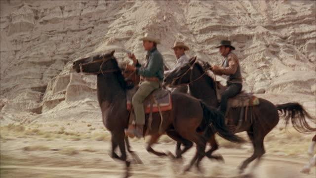 vídeos de stock, filmes e b-roll de ms men on horeses in desert - faroeste