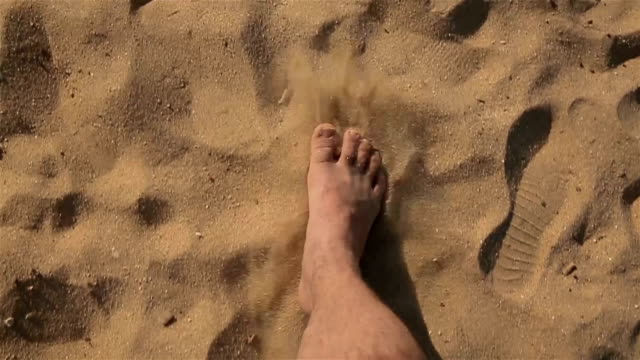 vídeos de stock e filmes b-roll de men on the beach,b roll - apanhar sol