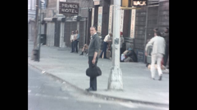 1985 nyc - men on the bowery - povertà video stock e b–roll