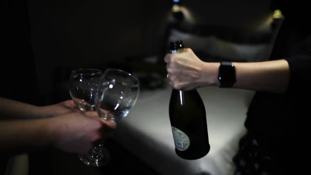 männer öffnen champagnerflasche - smoking stock-videos und b-roll-filmmaterial