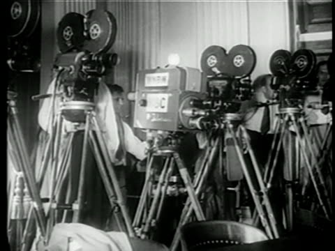 vidéos et rushes de b/w 1949 men operating news cameras at house committee on unamerican activities trials / newsreel - 1949