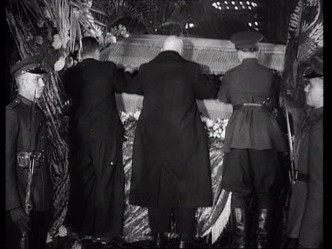vídeos y material grabado en eventos de stock de men placing stalin's coffin opening coffin cover at trade unions house / moscow russia audio - ataúd