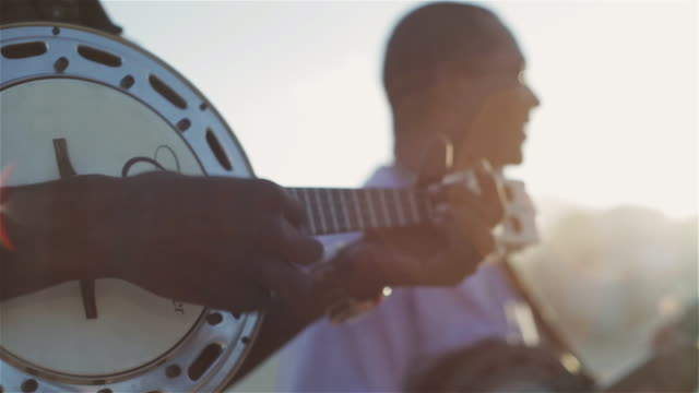 vidéos et rushes de cu men play banjos and sing on ipanema beach / rio de janeiro, brazil - instrument de musique