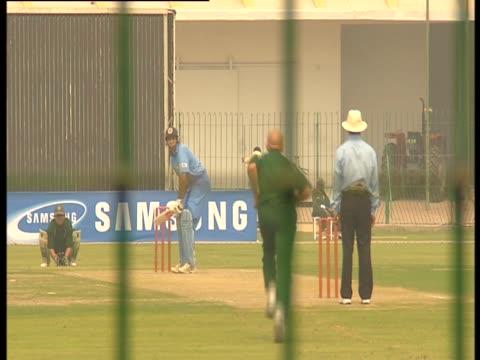 men play cricket in pakistan - paletto da cricket video stock e b–roll