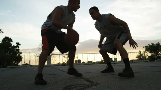 vídeos y material grabado en eventos de stock de ws tu men playing basketball / salt lake city, utah, usa. - mate técnica de vídeo