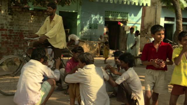 vídeos y material grabado en eventos de stock de ms men playing game of cards in village center, agra, uttar pradesh, india - encuadre de tres cuartos