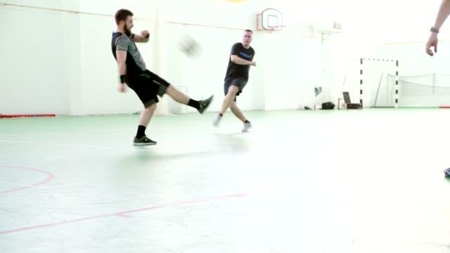 Homens jogando futebol de salão