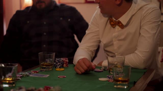vídeos de stock, filmes e b-roll de homens jogando poke - 20 29 years