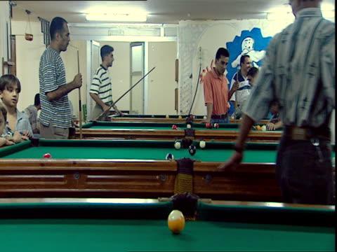 vídeos y material grabado en eventos de stock de men playing pool / baghdad iraq - salón de billares