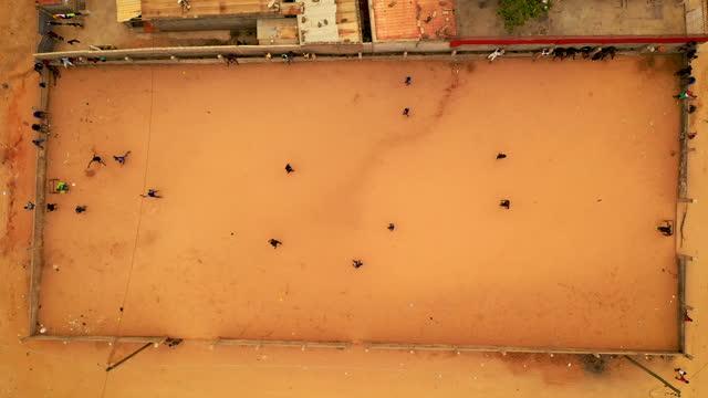 vídeos y material grabado en eventos de stock de men playing soccer on urban soccer field in the slums in angola - zona residencial