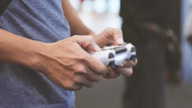 uomini che giocano ai videogiochi - remote control video stock e b–roll