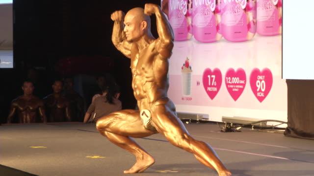 vídeos y material grabado en eventos de stock de men pose during the fit angel classic bodybuilding competition in bangkok, thailand. - bronceado