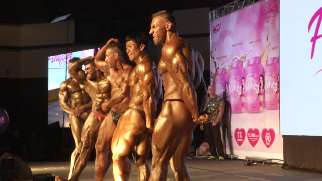vidéos et rushes de men pose during the fit angel classic bodybuilding competition in bangkok, thailand. - body building