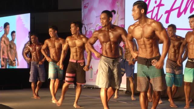 vidéos et rushes de men pose during the fit angel classic bodybuilding competition in bangkok thailand - body building