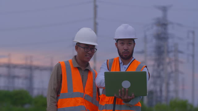 männer power-ingenieure diskutieren arbeit im elektrischen bereich, elektrische energieerzeugungskonzept - generator stock-videos und b-roll-filmmaterial