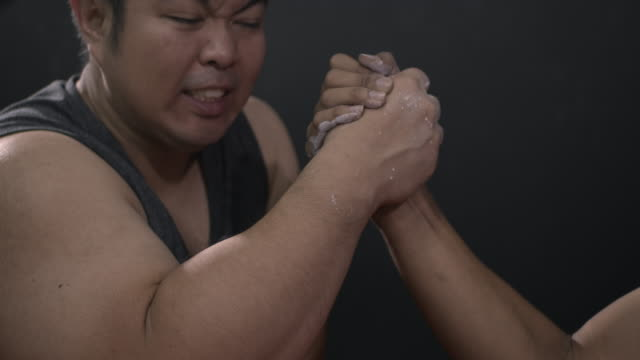männer üben armwrestling im fitnessstudio - armdrücken stock-videos und b-roll-filmmaterial