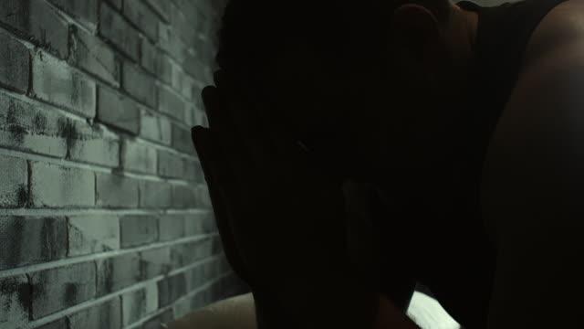 männer beten in gefängniszelle - todesstrafe stock-videos und b-roll-filmmaterial