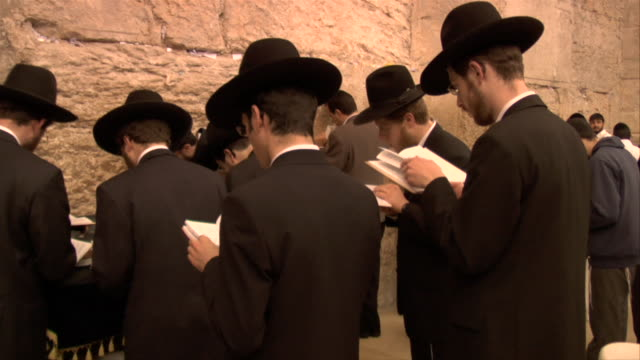 men praying at the wailling wall - pregare video stock e b–roll