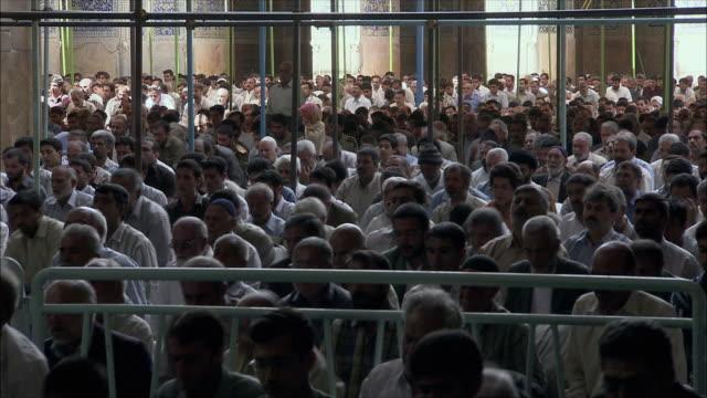 vídeos de stock e filmes b-roll de ms men praying in imam mosque, esfahan, iran - cara para baixo