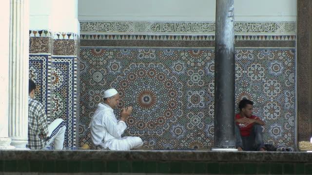 vidéos et rushes de ws men praying inside moulay idriss mosque, fez, morocco - prier