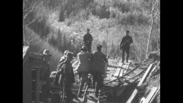 vídeos de stock, filmes e b-roll de men, probably gold miners in cripple creek; two hold rifles / note: exact year not known - ouro metal