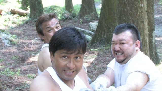 stockvideo's en b-roll-footage met men pulling rope - tanden op elkaar klemmen