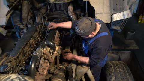 stockvideo's en b-roll-footage met mensen die de motor van de vrachtwagen herstellen - commercieel landvoertuig