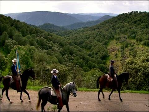 men riding horses, sierra morena, andalucia, southern spain - einige gegenstände mittelgroße ansammlung stock-videos und b-roll-filmmaterial