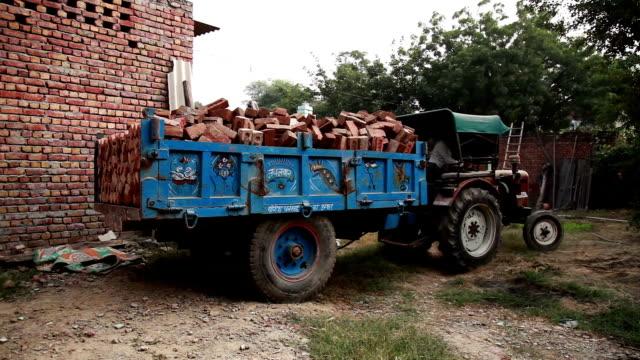 乗用トラクターの男性