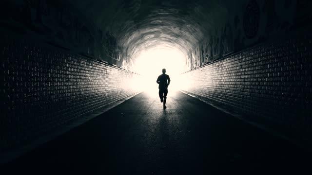 vídeos de stock e filmes b-roll de men running forward to freedom - caminho adiante