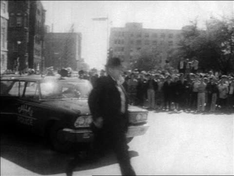 b/w 1963 men running from police car / kennedy assassination / dallas / newsreel - attentat auf john f. kennedy stock-videos und b-roll-filmmaterial