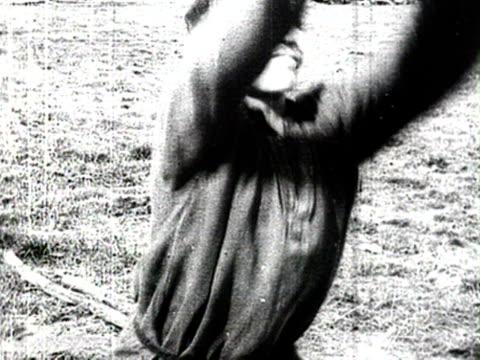 ms men sawing wood audio/ russia - 1925年点の映像素材/bロール