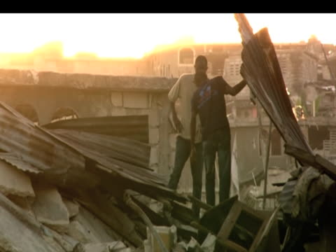 vídeos de stock e filmes b-roll de men search through rubble hoping to find victims trapped following devastating earthquake haiti 19 january 2010 - hispaniola