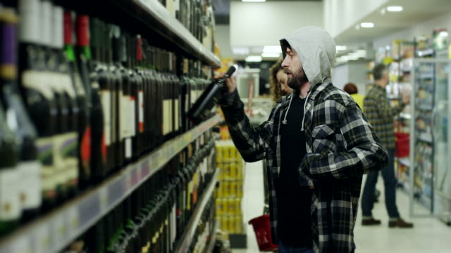 stockvideo's en b-roll-footage met mannen winkeldiefstal in supermarkt - steel