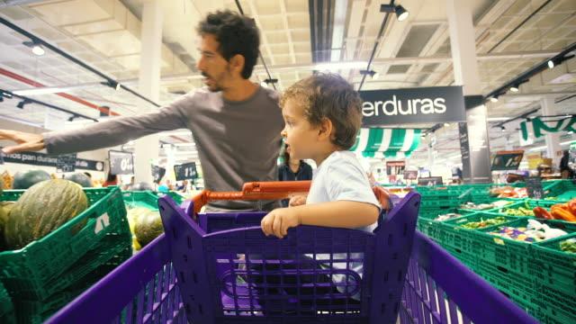 stockvideo's en b-roll-footage met men shopping - silvestre