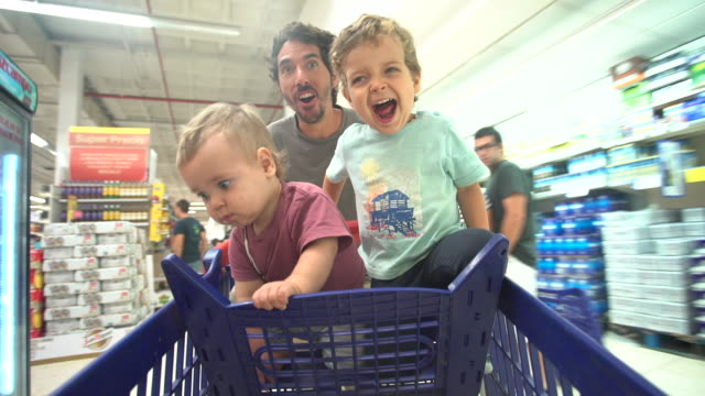vídeos de stock e filmes b-roll de men shopping - papa