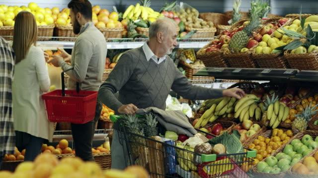 vidéos et rushes de hommes shopping - panier courses