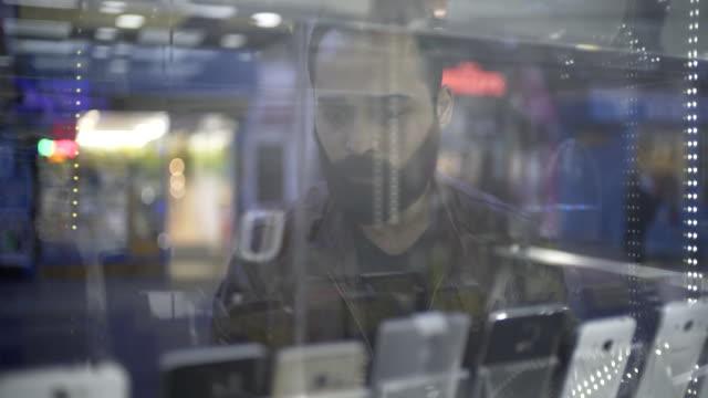 vídeos de stock, filmes e b-roll de men shopping - loja de produtos eletrônicos