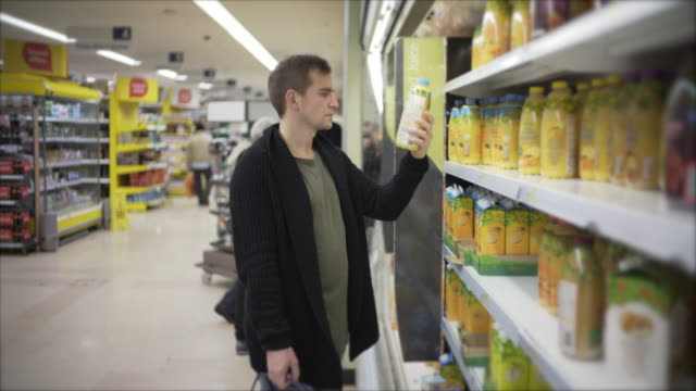 men shopping - supermarkt einkäufe stock-videos und b-roll-filmmaterial