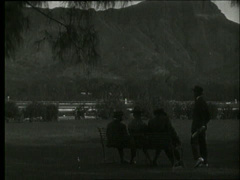 vídeos de stock e filmes b-roll de b/w 4 men sitting on bench with diamond head in background / 1919 hawaii / no sound - 1919