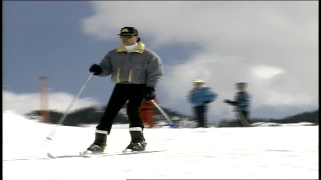 cu men skiing past camera in butte colorado - スキーウェア点の映像素材/bロール