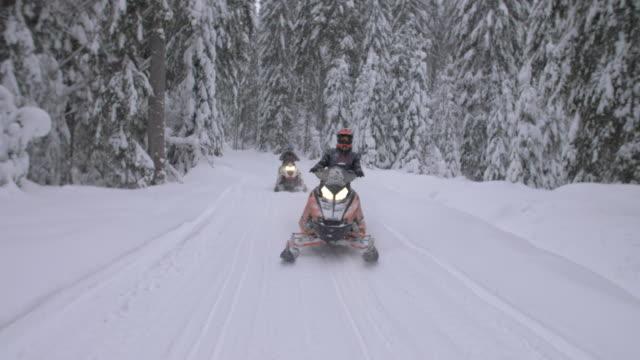 vídeos y material grabado en eventos de stock de men snowmobiling in the mountains. - varón