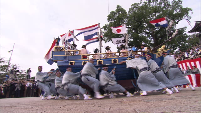 men spin model of dutch ship at nagasaki kunchi festival - 伝統的な祭り点の映像素材/bロール