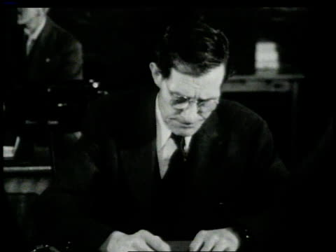 vidéos et rushes de 1946 montage men standing at an employment agency while agent is handing slips of paper to them / new york, new york, united states  - quatre personnes