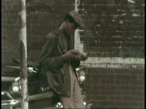 vídeos de stock, filmes e b-roll de montage men standing near building in ghetto / united states - gueto