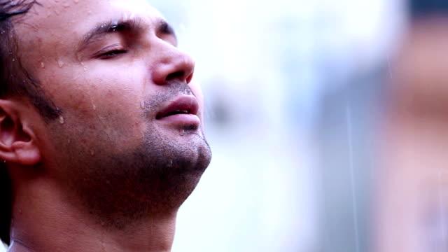 男性のポートレート、独立したレイン - 濡れている点の映像素材/bロール