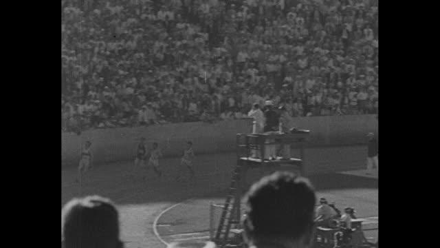 men start race on far side of track at los angeles summer olympics / finish / bespectacled eddie tolan in sweatshirt / babe didrikson in 80meter... - sweatshirt stock videos & royalty-free footage