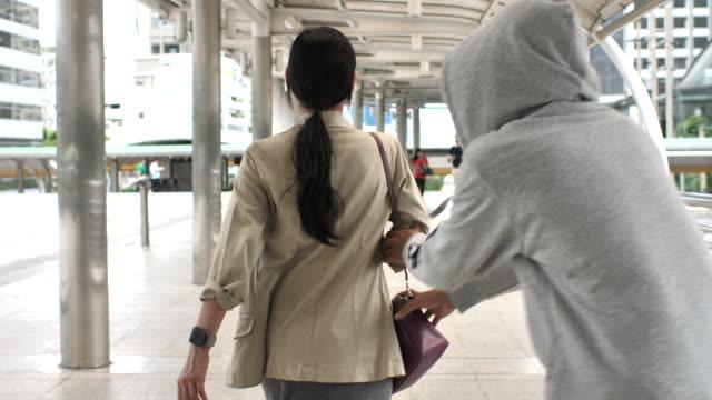 vídeos y material grabado en eventos de stock de hombres robando bolsas de una mujer asiática - ladrón de casas