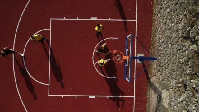 vidéos et rushes de hommes match de streetball à l'extérieur - streetball