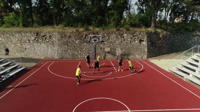 vidéos et rushes de hommes match de streetball - streetball